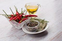 Μικτό πιπέρι, τσίλι, φύλλα κόλπων, πετρέλαιο Στοκ φωτογραφία με δικαίωμα ελεύθερης χρήσης