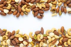 Μικτό πλαίσιο πρόχειρων φαγητών καρυδιών υγιές στο άσπρο υπόβαθρο Στοκ φωτογραφία με δικαίωμα ελεύθερης χρήσης