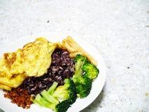 Μικτό σπιτικό φυτικό πιάτο ρυζιού omlet γεύματος τροφίμων εύκολο Στοκ Φωτογραφίες