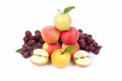 Μικτό σύνολο φρέσκου ακατέργαστου ώριμου σταφυλιού μήλων φρούτων στο απομονωμένο λευκό Στοκ Εικόνες