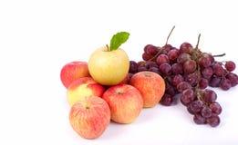 Μικτό σύνολο φρέσκου ακατέργαστου ώριμου σταφυλιού μήλων φρούτων στο άσπρο backgrou Στοκ Φωτογραφία