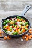 Μικτό φυτικό γεύμα στο παλαιά τηγανίζοντας τηγάνι και τα συστατικά στοκ φωτογραφία με δικαίωμα ελεύθερης χρήσης