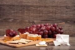 Μικτό antipasto από το σταφύλι, τις κροτίδες και το ζαμπόν Στοκ εικόνες με δικαίωμα ελεύθερης χρήσης