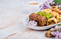 Μικτό baklava στο άσπρο πιάτο στο μαρμάρινο υπόβαθρο Τρόφιμα Ramadan, τουρκική αραβική κουζίνα Εκλεκτική εστίαση Στοκ Εικόνα