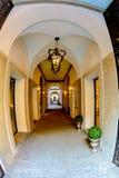 Μιλάνο, Ιταλία Άσπρες αψίδες με τις κίτρινες στήλες Στοκ φωτογραφία με δικαίωμα ελεύθερης χρήσης