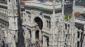 Μιλάνο, Ιταλία Η είσοδος στη διάσημη λεωφόρο αγορών Vittorio Emanuele από την κορυφή του Duomo Οι κώνοι του Duomo απόθεμα βίντεο