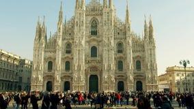 Μιλάνο, Ιταλία - 5 Ιανουαρίου 2019 Συσσωρευμένο τετράγωνο κοντά στο Di Μιλάνο Duomo ή καθεδρικός ναός του Μιλάνου, κύριο ορόσημο  στοκ φωτογραφία με δικαίωμα ελεύθερης χρήσης