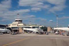 Μιλάνο, Ιταλία - 25 Σεπτεμβρίου 2018: Αεροσταθμός σύνθετος και αεροπλάνο της αερογραμμής UTair στοκ εικόνες