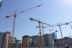 Μιλάνο Ιταλία, στις 21 Μαρτίου 2019 Εργοτάξιο οικοδομής με την πολυάριθμη ρυμούλκηση στοκ εικόνα