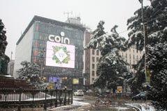 Μιλάνο, Ιταλία, την 1η Μαρτίου 2018 Οδοί του Μιλάνου στο χιόνι Άποψη σχετικά με το εμπορικό κέντρο νομισμάτων Στοκ Φωτογραφία