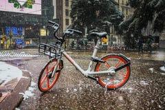 Μιλάνο, Ιταλία, την 1η Μαρτίου 2018 Οδοί του Μιλάνου στο χιόνι Άποψη σχετικά με το ποδήλατο ενοικίου Στοκ Φωτογραφίες