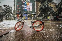 Μιλάνο, Ιταλία, την 1η Μαρτίου 2018 Οδοί του Μιλάνου στο χιόνι Άποψη σχετικά με το ποδήλατο ενοικίου Στοκ Εικόνα