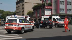 Μιλάνο, Ιταλία - το Μάιο του 2016: ο γιατρός φθάνει σε ένα ατύχημα που εξασφαλίζεται με δύο ασθενοφόρα και το στρατό απόθεμα βίντεο