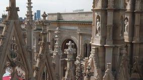 Μιλάνο, Ιταλία - το Μάιο του 2016: Vittorio Emanuele ΙΙ είσοδος στοών που βλέπει από Duomo φιλμ μικρού μήκους