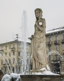 Μιλάνο, Λομβαρδία, Ιταλία, αγάλματα και πηγή στην πλατεία του Giulio Cesare, κοντά στη νέα περιοχή Citylife Στοκ Εικόνες