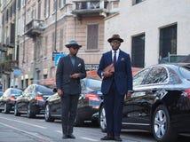 ΜΙΛΑΝΟ - 13 Ιανουαρίου: Μοντέρνα άτομα του TW που θέτουν στην οδό ενώπιον της επίδειξης μόδας του NEIL BARRET, κατά τη διάρκεια τ Στοκ Φωτογραφία