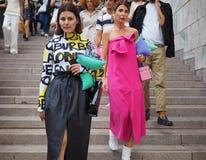 ΜΙΛΑΝΟ, Ιταλία: Στις 21 Σεπτεμβρίου 2018: Μοντέρνες γυναίκες στην εξάρτηση ύφους οδών στα σκαλοπάτια Arengario στοκ φωτογραφία με δικαίωμα ελεύθερης χρήσης