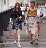 ΜΙΛΑΝΟ, Ιταλία: Στις 21 Σεπτεμβρίου 2018: Μοντέρνες γυναίκες στην εξάρτηση ύφους οδών στα σκαλοπάτια Arengario στοκ εικόνες