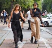ΜΙΛΑΝΟ, Ιταλία: Στις 22 Σεπτεμβρίου 2018: Μοντέρνη εξάρτηση γυναικών streetstyle στοκ εικόνα με δικαίωμα ελεύθερης χρήσης