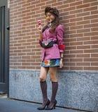 ΜΙΛΑΝΟ, Ιταλία, 20 septembre 2018: Μοντέρνη ασιατική τοποθέτηση γυναικών για τους φωτογράφους Στοκ Φωτογραφίες