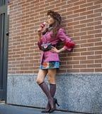 ΜΙΛΑΝΟ, Ιταλία, 20 septembre 2018: Μοντέρνη ασιατική τοποθέτηση γυναικών για τους φωτογράφους Στοκ Φωτογραφία