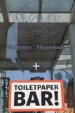ΜΙΛΑΝΟ, ΙΤΑΛΙΑ - 17 Απριλίου: έγγραφο τοίχων handmande: χαρτί τουαλέτας Στοκ Φωτογραφία