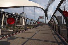 ΜΙΛΑΝΟ, ΙΤΑΛΙΑ - 19 ΑΥΓΟΎΣΤΟΥ 2017: Μιλάνο Λομβαρδία, Ιταλία: σύγχρονα γέφυρα και κτίρια γραφείων στη νέα περιοχή Portello Στοκ Εικόνα
