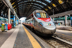 ΜΙΛΑΝΟ, ΙΤΑΛΙΑ - 14 ΙΟΥΛΊΟΥ 2016 Κεντρικό τραίνο Trenitalia Frecciarossa, κόκκινο βέλος υψηλής ταχύτητας σταθμών του Μιλάνου Στοκ Εικόνες