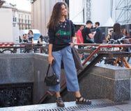 ΜΙΛΑΝΟ, ΙΤΑΛΙΑ - 15 ΙΟΥΝΊΟΥ 2018: Μια νεολαία διαμορφώνει blogger την τοποθέτηση για τους φωτογράφους στην οδό μετά από τη επίδει Στοκ φωτογραφία με δικαίωμα ελεύθερης χρήσης