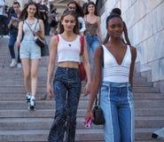ΜΙΛΑΝΟ, ΙΤΑΛΙΑ - 15 ΙΟΥΝΊΟΥ 2018: Μοντέρνες γυναίκες στα σκαλοπάτια Arengario μετά από τη επίδειξη μόδας ΑΛΜΠΕΡΤΑ FERRETTI Στοκ εικόνες με δικαίωμα ελεύθερης χρήσης