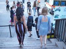 ΜΙΛΑΝΟ, ΙΤΑΛΙΑ - 15 ΙΟΥΝΊΟΥ 2018: Μοντέρνες γυναίκες στα σκαλοπάτια Arengario μετά από τη επίδειξη μόδας ΑΛΜΠΕΡΤΑ FERRETTI Στοκ Εικόνες