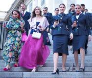 ΜΙΛΑΝΟ, ΙΤΑΛΙΑ - 15 ΙΟΥΝΊΟΥ 2018: Μοντέρνες γυναίκες στα σκαλοπάτια Arengario μετά από τη επίδειξη μόδας ΑΛΜΠΕΡΤΑ FERRETTI Στοκ Εικόνα