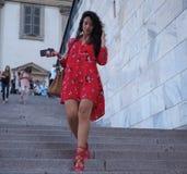 ΜΙΛΑΝΟ, ΙΤΑΛΙΑ - 15 ΙΟΥΝΊΟΥ 2018: Μοντέρνη γυναίκα στα σκαλοπάτια Arengario μετά από τη επίδειξη μόδας ΑΛΜΠΕΡΤΑ FERRETTI Στοκ Εικόνες