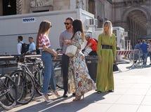 ΜΙΛΑΝΟ, ΙΤΑΛΙΑ - 15 ΙΟΥΝΊΟΥ 2018: Μόδα bloggersl που θέτει για τους φωτογράφους στην οδό ενώπιον της επίδειξης μόδας ΑΛΜΠΕΡΤΑ FER Στοκ φωτογραφία με δικαίωμα ελεύθερης χρήσης