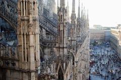 ΜΙΛΑΝΟ, ΙΤΑΛΙΑ - 8 ΟΚΤΩΒΡΊΟΥ 2017: Άποψη Duomo από τη στέγη, τις λεπτομέρειες του καθεδρικού ναού και πολλούς ανθρώπους στο palma Στοκ Φωτογραφία
