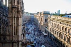 ΜΙΛΑΝΟ, ΙΤΑΛΙΑ - 8 ΟΚΤΩΒΡΊΟΥ 2017: Άποψη Duomo από τη στέγη, τις λεπτομέρειες του καθεδρικού ναού και πολλούς ανθρώπους στο palma Στοκ φωτογραφίες με δικαίωμα ελεύθερης χρήσης