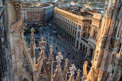 ΜΙΛΑΝΟ, ΙΤΑΛΙΑ - 8 ΟΚΤΩΒΡΊΟΥ 2017: Άποψη Duomo από τη στέγη, τις λεπτομέρειες του καθεδρικού ναού και πολλούς ανθρώπους στο palma Στοκ Εικόνα