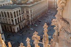 ΜΙΛΑΝΟ, ΙΤΑΛΙΑ - 8 ΟΚΤΩΒΡΊΟΥ 2017: Άποψη Duomo από τη στέγη, τις λεπτομέρειες του καθεδρικού ναού και πολλούς ανθρώπους στο palma Στοκ Εικόνες