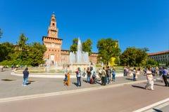 ΜΙΛΑΝΟ, ΙΤΑΛΙΑ - 7 Σεπτεμβρίου 2016: Άποψη σχετικά με την πηγή της πλατείας Castello Springbrunnen Castello πλατειών και του πύργ Στοκ φωτογραφίες με δικαίωμα ελεύθερης χρήσης