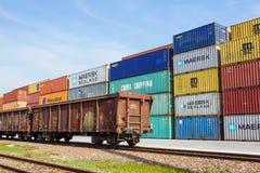 ΜΙΛΑΝΟ, ΙΤΑΛΙΑ στις 10 Απριλίου 2017: Διάφορα εμπορευματοκιβώτια είναι έτοιμα να φορτωθούν προς τα σκάφη στο λιμένα Τα εμπορευματ Στοκ Εικόνες
