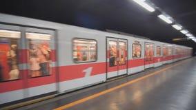 ΜΙΛΑΝΟ, ΙΤΑΛΙΑ - 7 ΦΕΒΡΟΥΑΡΊΟΥ 2019: Ο σταθμός μετρό του Μιλάνου φιλμ μικρού μήκους