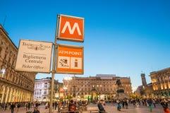 ΜΙΛΑΝΟ - 25 ΣΕΠΤΕΜΒΡΊΟΥ 2015: Τουρίστες Piazza del Duomo στους ήλιους Στοκ Εικόνες