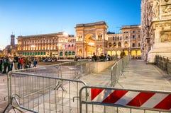 ΜΙΛΑΝΟ - 25 ΣΕΠΤΕΜΒΡΊΟΥ 2015: Τουρίστες Piazza del Duomo στους ήλιους Στοκ Εικόνα