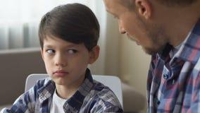 Μιλώντας γιος πατέρων, που αναγκάζει για να γίνει η εργασία, αγόρι που εξετάζει ένοχη τον μπαμπά, κινηματογράφηση σε πρώτο πλάνο φιλμ μικρού μήκους