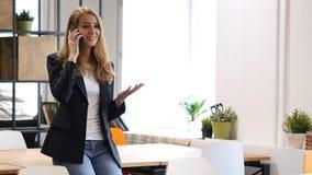 Μιλώντας σε Smartphone από τη συνεδρίαση επιχειρηματιών στο γραφείο, κλήση Στοκ Φωτογραφίες