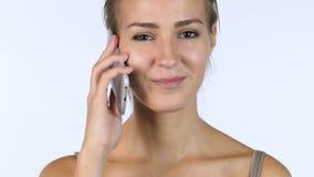 Μιλώντας σε Smartphone, διαπραγμάτευση από το νέο κορίτσι Στοκ Εικόνες