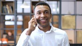 Μιλώντας σε Smartphone, μαύρος στην αρχή Στοκ εικόνες με δικαίωμα ελεύθερης χρήσης