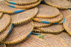 Μιμηθείτε το πιάτο δίσκων που γίνεται από τον ινδικό κάλαμο μπαμπού στοκ εικόνες