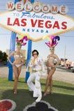Μιμητής του Elvis Presley που στέκεται με τους χορευτές χαρτοπαικτικών λεσχών Στοκ εικόνα με δικαίωμα ελεύθερης χρήσης
