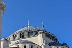 Μιναρές ενάντια στο σαφή μπλε ουρανό στοκ φωτογραφία